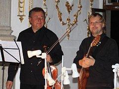 Zámecký Rondel se stal dějištěm koncetru i minulý týden. Ve zcela zaplněném sále se konal  první z letošních koncertů Magická viola Petra Přibyla, ke kterému si rodák z Jindřichohradecka přizval kytaristu Jaroslava Nováka (na snímku vpravo).