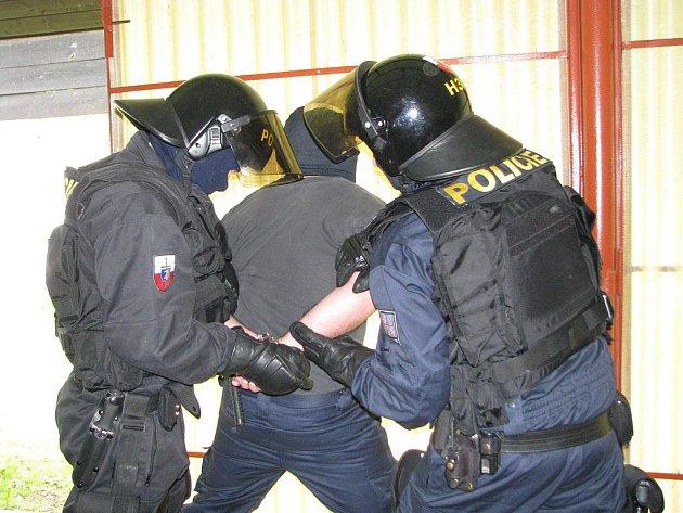 Cvičení jindřichohradecké pořádkové jednotky na střelnici v Dolním Skrýchově.