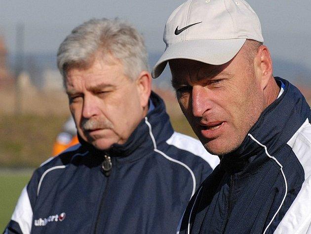 Trenéři pátého týmu divize Miroslav Wolf (vpravo) a Jan Marek.
