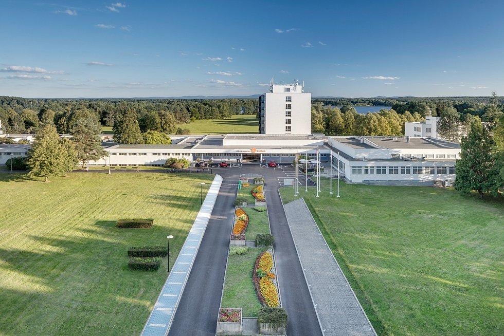 Rozsáhlý komplex lázní Aurora se nachází na západním okraji města Třeboně, v klidném prostředí 45 hektarového parku na břehu rybníka Svět.