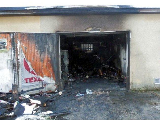 Požár garáže u sídliště Vajgar v J. Hradci.