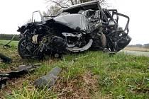 Při nárazu do stromu u Popelína řidič zemřel.