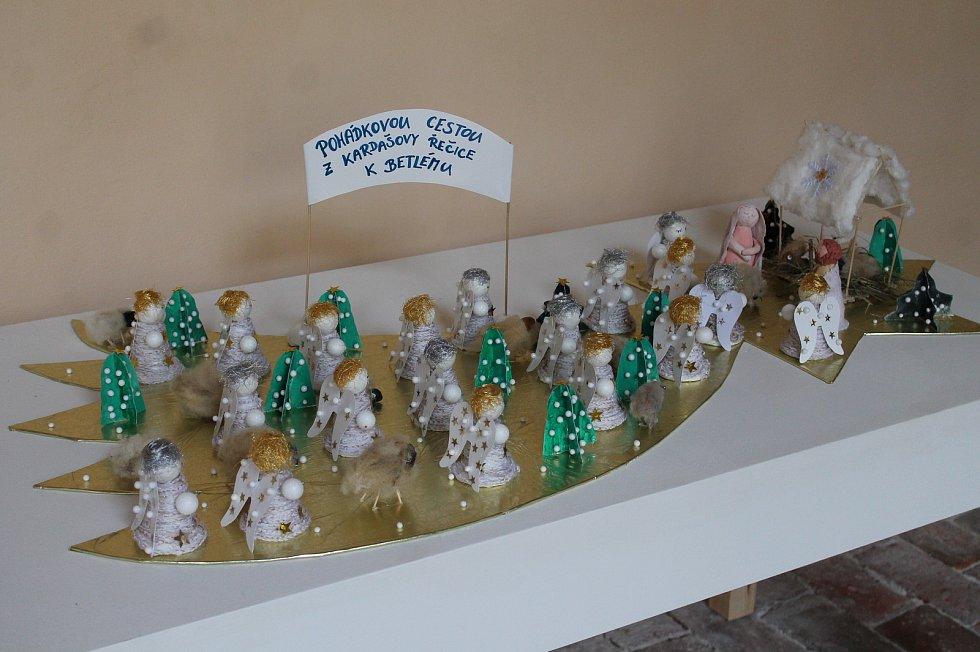 O nejkrásnější betlém škol a školek bude v Muzeu Jindřichohradecka veřejnost hlasovat až do svátků. Betlémy dospělých tvůrců už plní také kostel sv. Jana Křtitele.