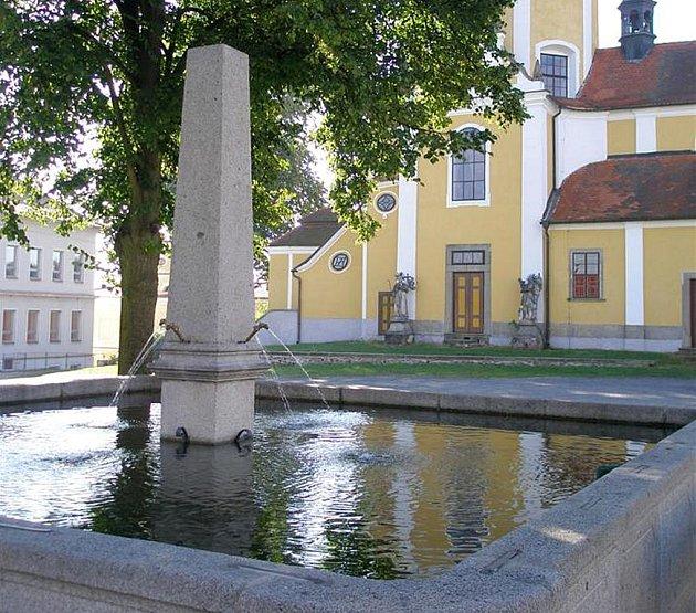 Kašna na náměstí v Chlumu u Třeboně.
