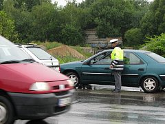 Tento řidič dojel kolonu čekající na zelenou a zůstal stát v křižovatce. Právě v těchto situacích se provoz úplně ochromí.