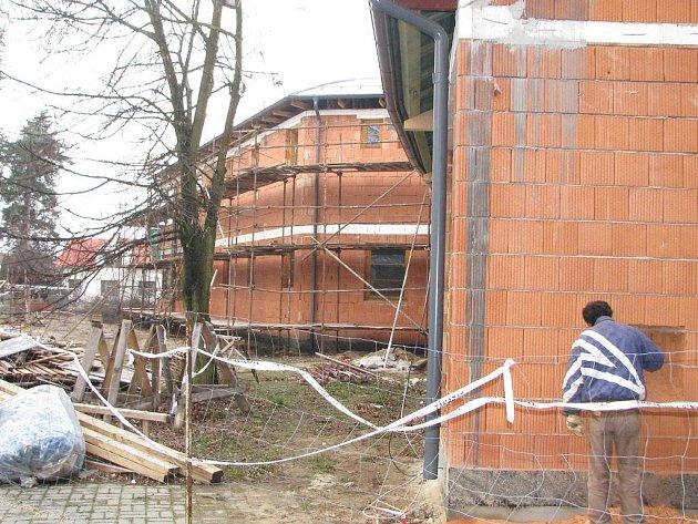 Výstavba nové mateřské školky v Suchdole nad Lužnicí. Pohled na hrubou stavbu.