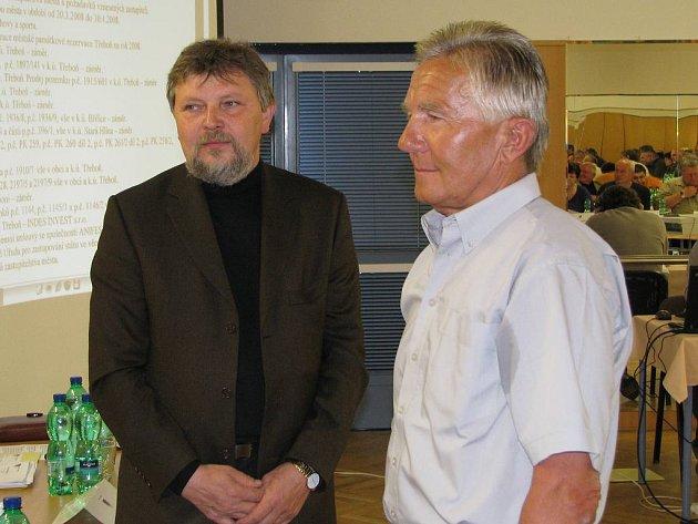 Nový zastupitel Třeboně Josef Neužil (vlevo) se starostou Janem Váňou.