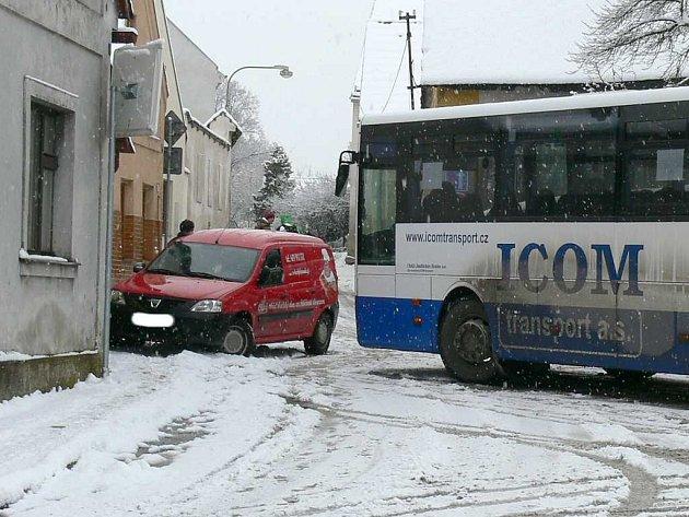 V Nežárecké ulici v J. Hradci se střetl autobus s osobním autem.
