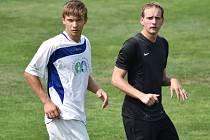 Útočník Martin Průcha (vlevo) pečetil gólem na 3:0 cenné vítězství třeboňských fotbalistů v Rudolfově.