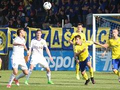 Fotbalisté Jihlavy (v bílém) obhajují prvenství na Perleťovém poháru.