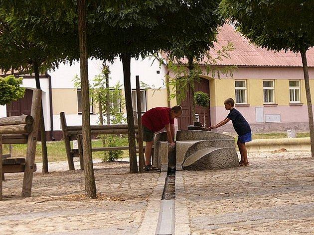 Fontána na náměstí v Kardašově Řečici