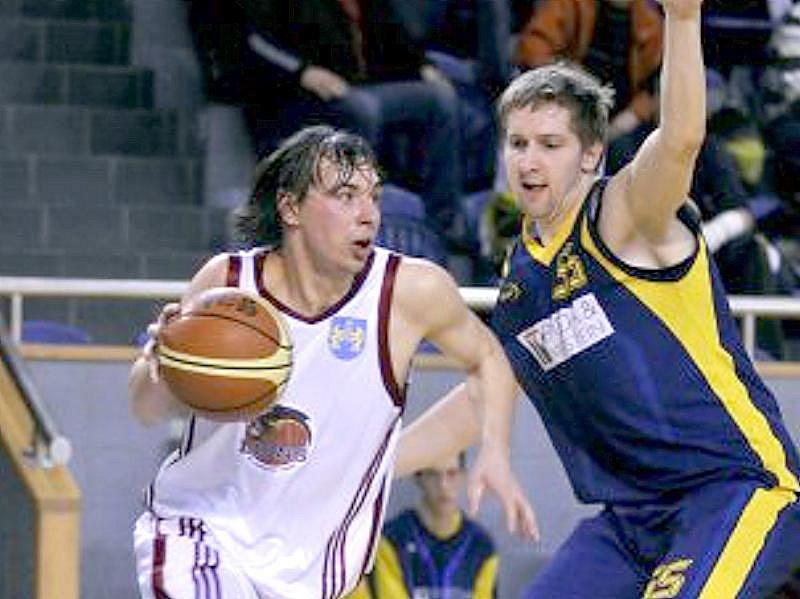 Basketbalisté Lions prohráli s opavským béčkem o jediný bod 74:75. Na snímku vlevo domácí Jan Čech.