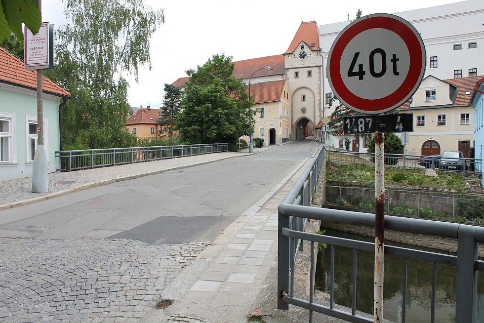 Most přes Nežárku je podle průzkumu ve špatném stavu. Chystá se proto jeho náročná oprava.