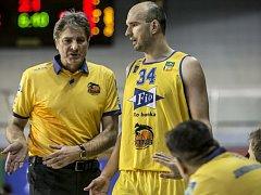 Kapitán hradeckých basketbalistů Stanislav Zuzák s trenérem Karlem Forejtem.