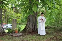 Křížek zhotovený podle dobové fotografie se nachází nedaleko Stráže nad Nežárkou.