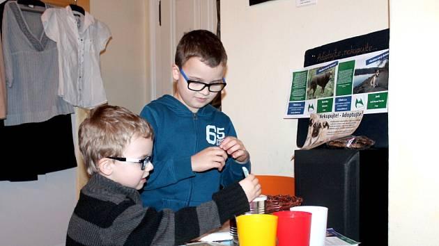 Charitativní bazárek ve FotoCafé ve prospěch spolku Cibela, který se stará o opuštěná zvířata.
