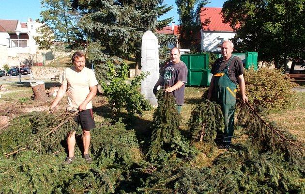 O odklizení popadaných stromů v okolí památníku se postarali (zleva) Pavel Hořký, Radek Šerý a Ilja Matič ze společnosti Služby města Jindřichův Hradec .