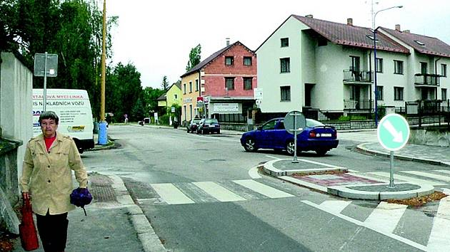 BRZDA PROVOZU? Pohled na nově vybudovaný ostrůvek v Jarošovské ulici v Jindřichově Hradci.