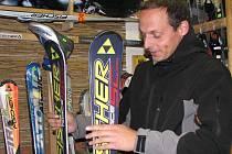 Na nadcházející lyžařskou sezonu myslí všichni příznivci zimních sportů. Správné vybavení si do obchodu a servisu KG Sport v Štítného ulici v Jindřichově Hradci přišel vybrat i lyžař Tomáš Cypra z Nové Včelnice (na snímku).