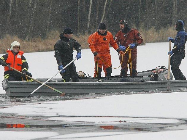 Pátrání hasičů s potápěči po utonulém bruslaři na Staňkovském rybníku.