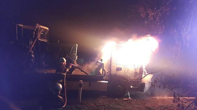 Hasiči zachránili traktor, který odtahové auto převáželo.