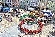 V Jindřichově Hradci lidé vytvořili obří olympijské kruhy.