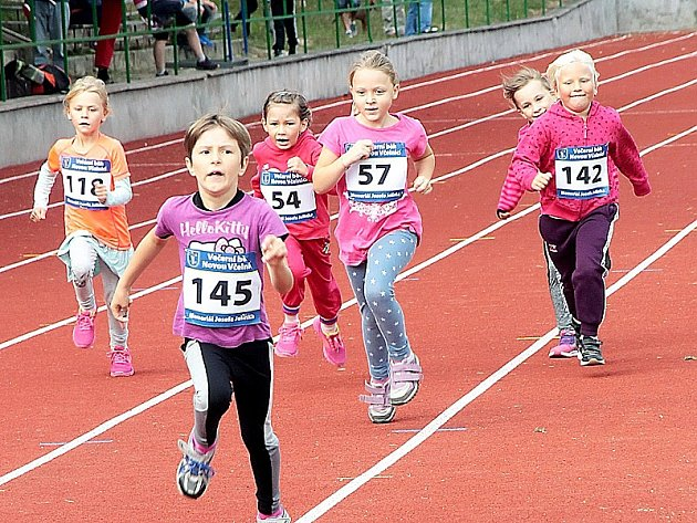 Večerní běh přilákal i spoustu malých závodníků.