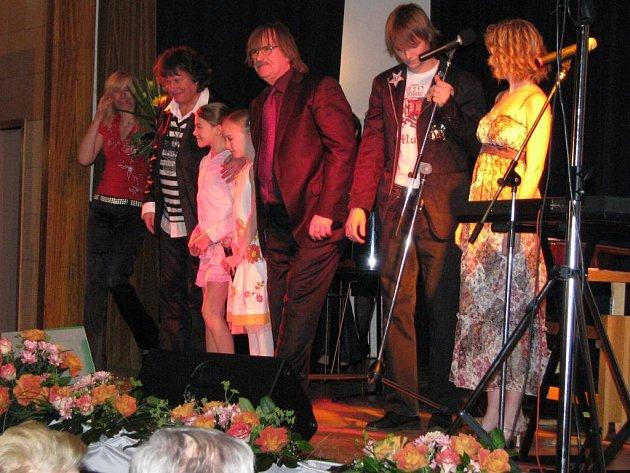 Známý zpěvák Standa Hložek (vlevo) vystoupil v Třeboni jako host večera s Vágner Family: Barunkou, Terezkou, Andulkou s tátou Karlem a bratrem Josefem.