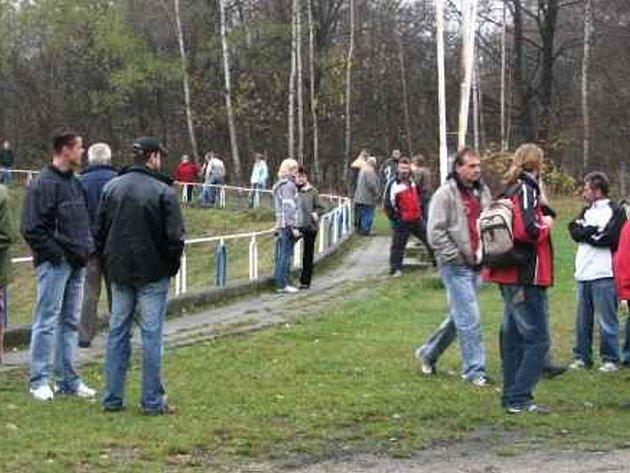V Chlumu u Třeboně diváci čekali na zápas marně.