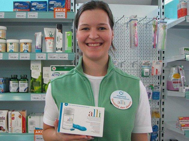 Farmaceutická asistenka Zita Slavíková z jindřichohradecké lékárny v Klášterské ulici představuje výrobek na hubnutí.
