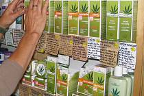 Produkty z konopí lze i koupit v obchodech.