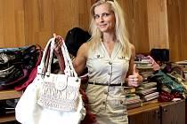 Kabelky a šátky darovala do Kabelkového veletrhu i tisková mluvčí jindřichohradecké radnice Karolína Průšová.
