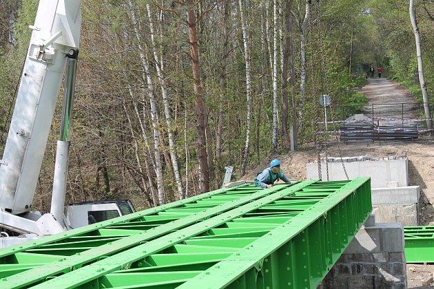 Pokládání nové konstrukce na mostě v Dolní Lhotě.