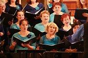 V kapli zpívaly dva sbory.