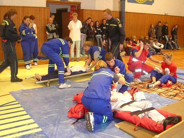 VÝBUCH. Jako při pravém výbuchu to včera vypadalo v Základní škole ve Slavonicích. Studenti zdravotnické školy spolu s dobrovolníky červeného kříže z Jindřichova Hradce tam měli školení první pomoci.