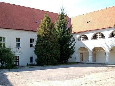 BUDEČ. Pohled na nádvoří zámku, v jehož jednom křídle sídlí školka a škola.
