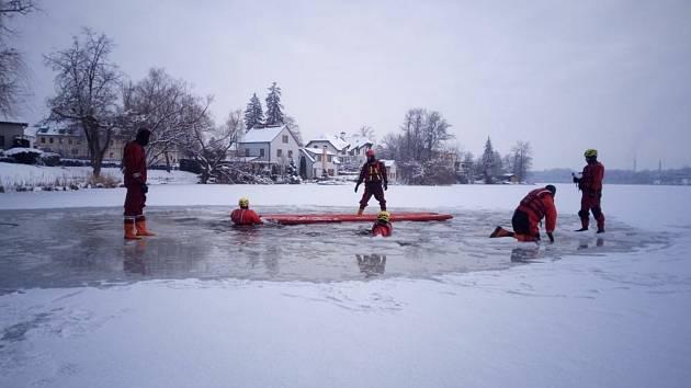 Dobrovolní hasiči cvičili záchranu tonoucí osoby, která se propadla pod led.