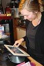 První den elektronické evidence tržeb. V rychlém občerstvení Restro v J. Hradci je u kasy Kamila Mitasová.