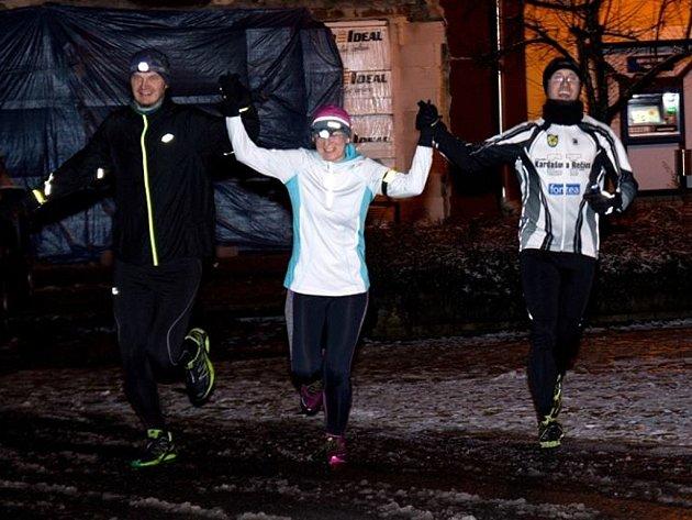 3. ročník běhu Okolo Čechova lesíka v Kardašově Řečici. První místo Marie Valdová s Petrem Valdou a František Mach.
