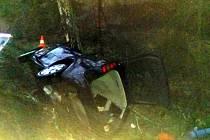 Na hlavním tahu z Jindřichova Hradce na Dačice v nepříjemné zatáčce před Hospřízí po nárazu osobního auta do stromu řidič zemřel.