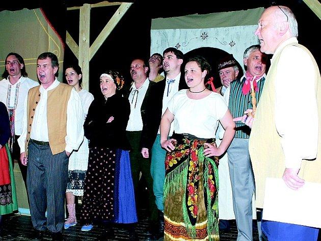 Živá kapela hrající písničky z okolí Stráže a Písecka spolu s vynikajícími výkony velkých i malých herců zcela nadchla vyprodaný sál divadla ve Stráži nad Nežárkou.