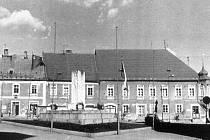 Pohled na jindřichohradecké horní náměstí, kterému od 70. let domunoval Památník internacionalismu. Na začátku 90. let byl odstraněn.