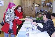 Koláčky na volební víkend upekla jako obvykle Jaroslava Divišová, která je nabídla i Monice Kadlecové a její dcerce.