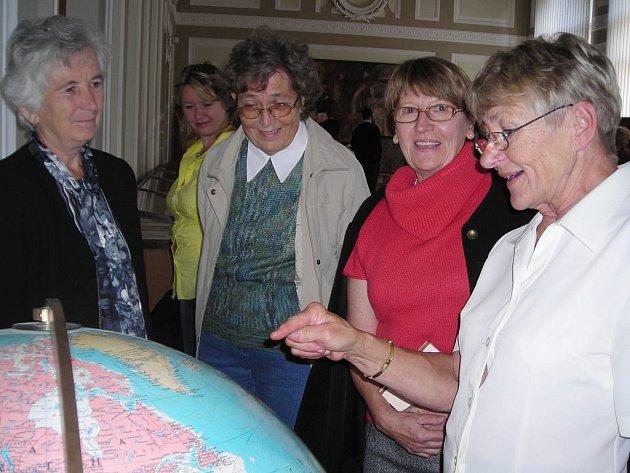 Abiturienti třeboňského gymnázia si prohlížejí výstavu.