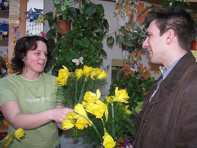 Květinářství u spořitelny bylo v pátek plné zákazníků. Na fotografii je floristka Kateřina Štěpánková a  Lukáš Doležal, který  přišel pro větší počet kytiček k MDŽ  pro své kolegyně do práce.