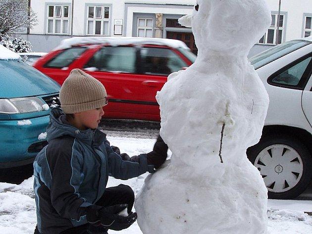 Děti radost z prvního sněhu mají, řidiči však asi úsměvy na tváři dnes neměli.