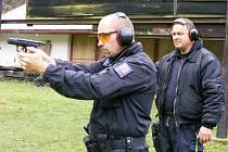 Jindřichohradečtí policisté při výcviku ostrých střeleb na střelnici Břeskáč.