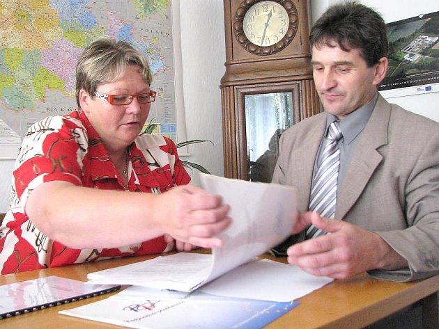 Dnes již bývalá starostka Deštné Vilma Szutová na svém novém pracovišti na Městském úřadu v Nové Včelnici se starostou Jaroslavem Hřebíkem.