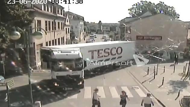 Kamion v centru Třeboně.