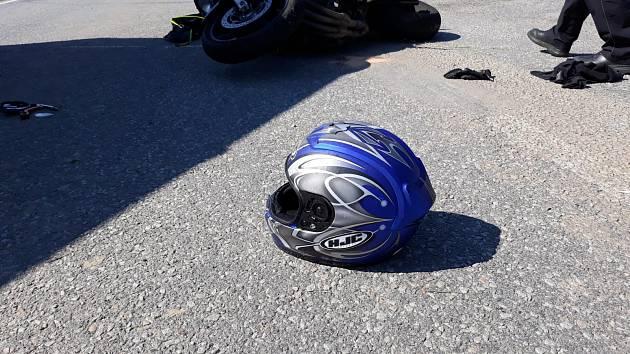 Dopravní nehoda motorkáře a nákladního auta se stala u Lidéřovic, mezi Dačicemi a Slavonicemi.